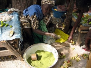 woman selling powdered dark green baobab leaves, an Africn superfood (www.africanepicure.com)
